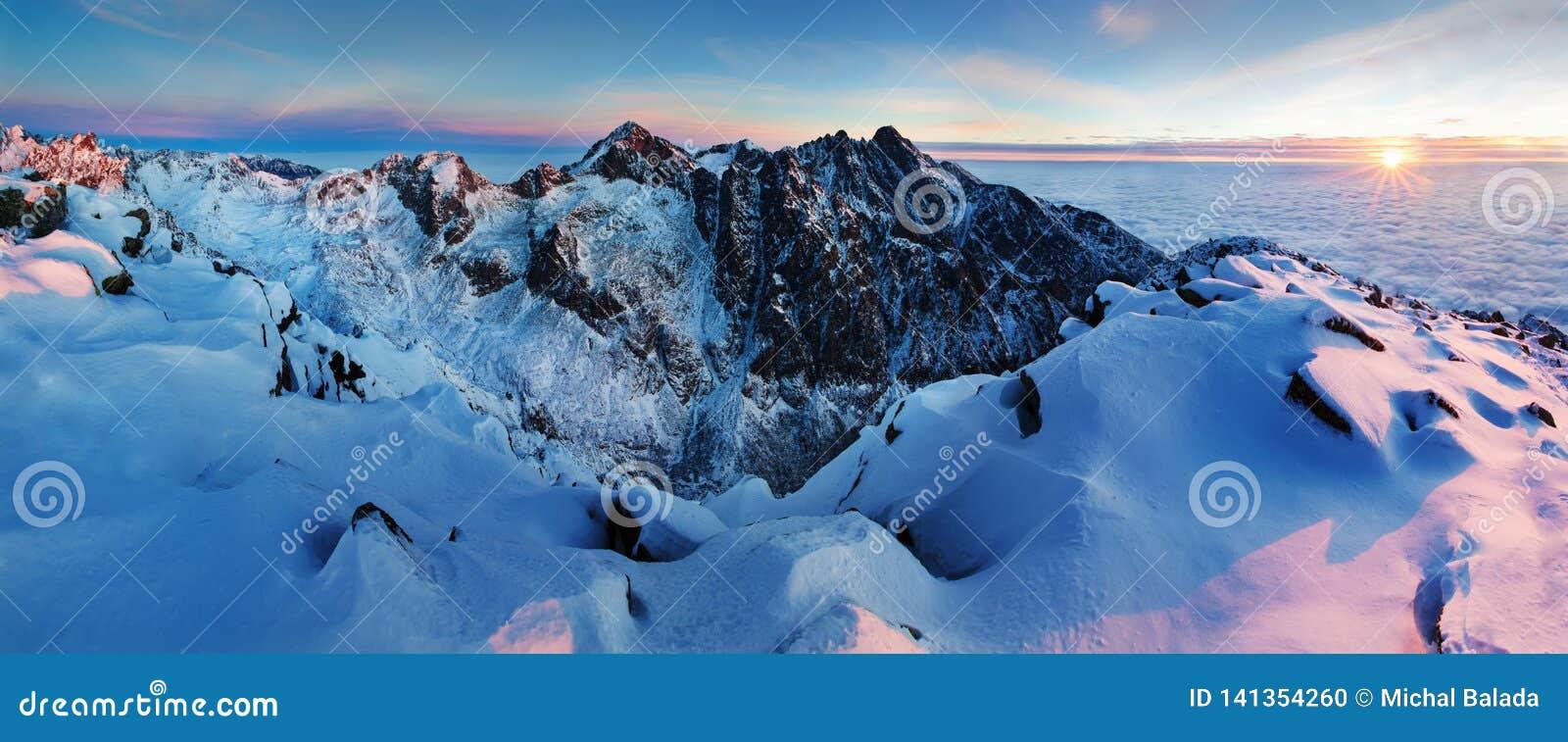 Panorama d altezza della catena montuosa di Tatras di inverno con molti picchi e chiaro cielo Giorno soleggiato sopra le montagne