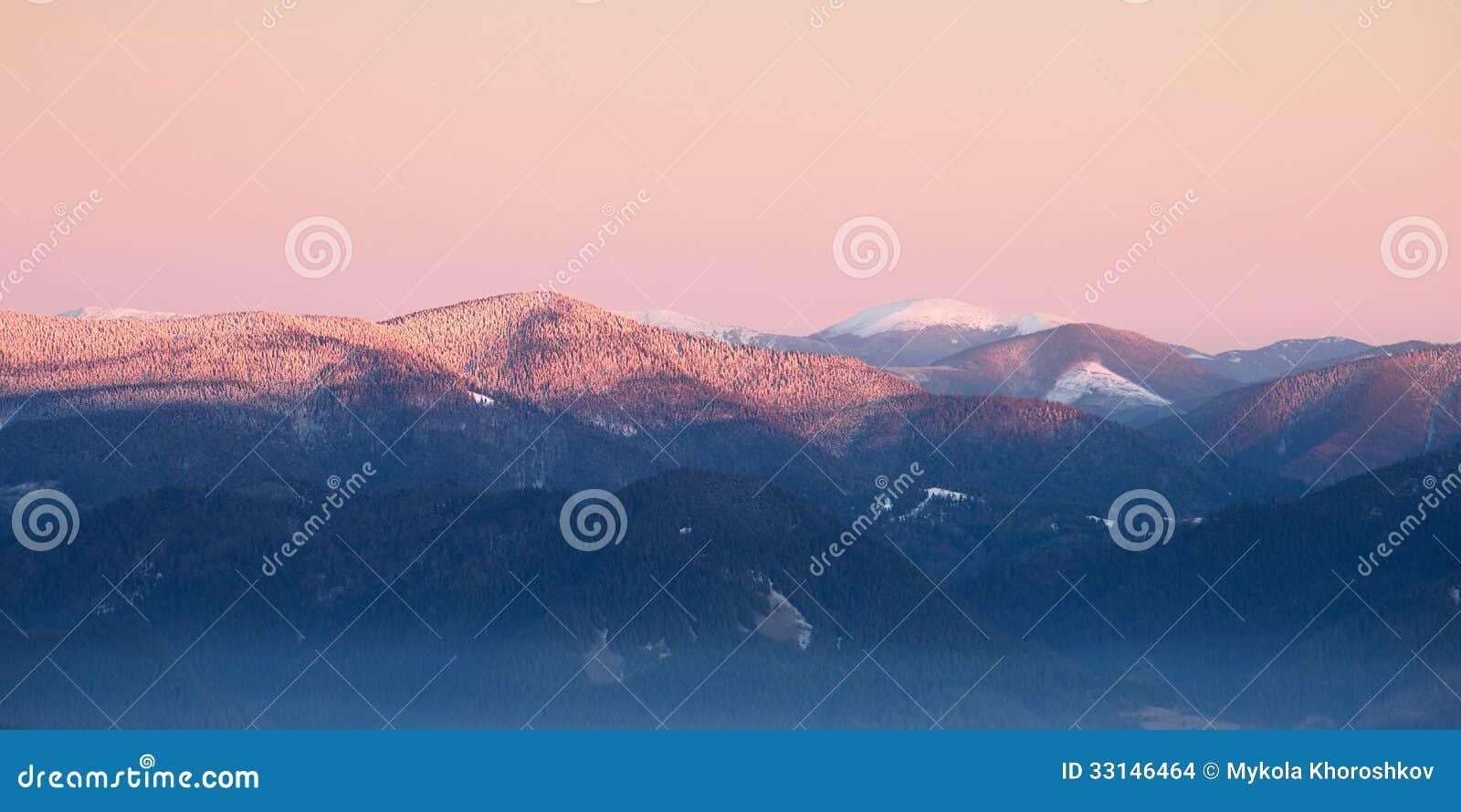 Panorama d arête de montagnes carpathiennes