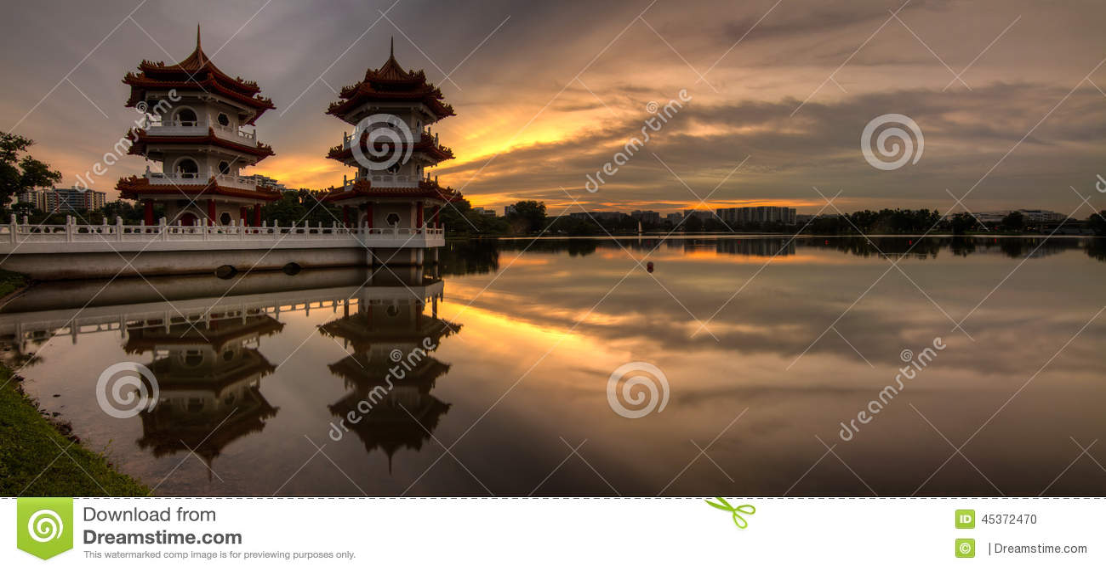 Panorama d or de coucher du soleil de Tour jumelle