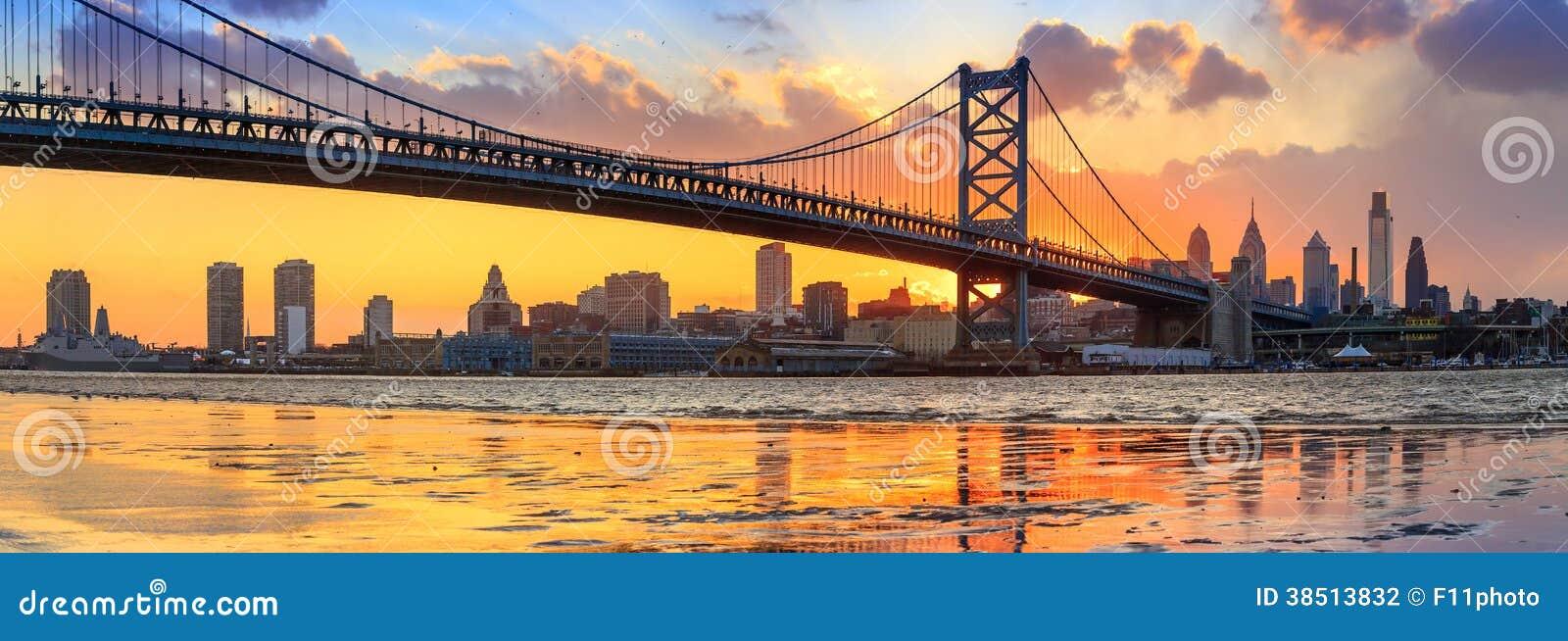 Panorama d horizon, de Ben Franklin Bridge et de Penn de Philadelphie