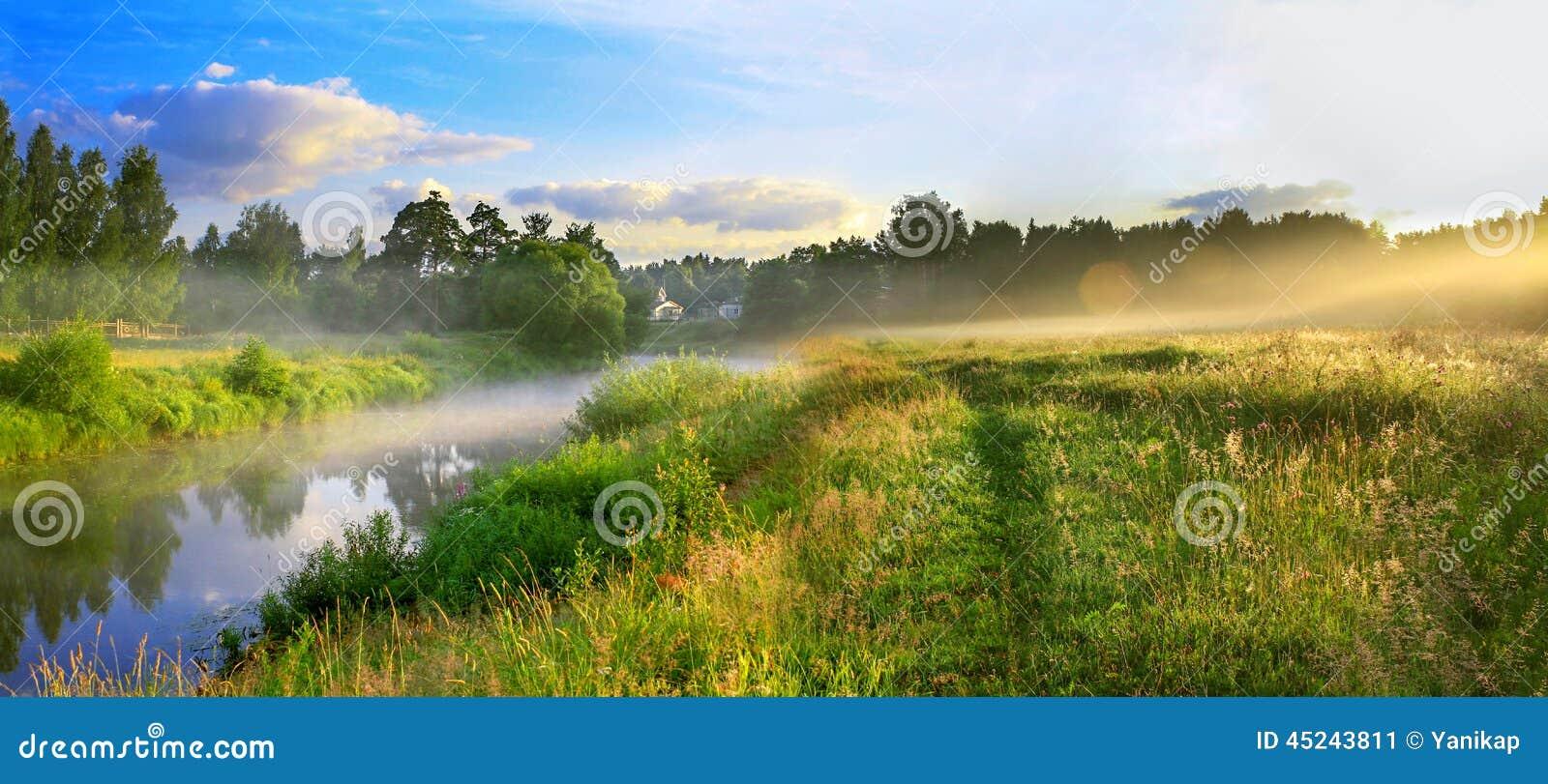 Panorama d un paysage d été avec le lever de soleil, le brouillard et la rivière