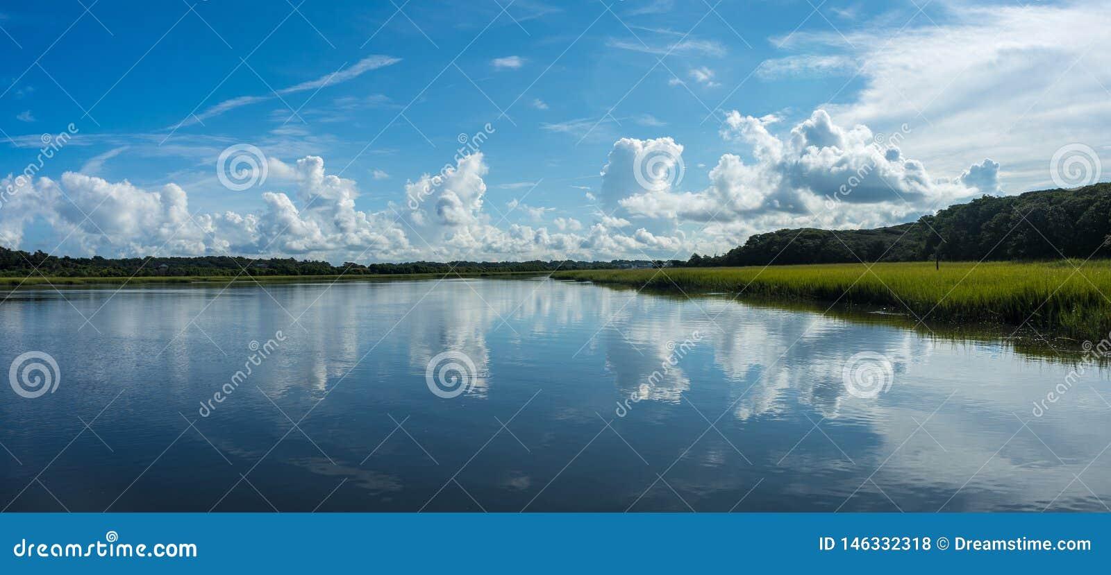 Panorama d une voie d eau c?ti?re