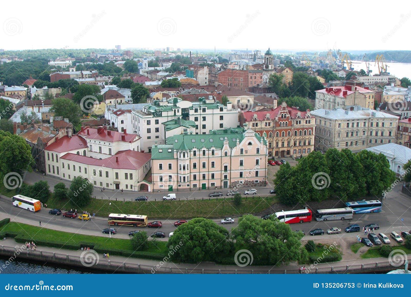 Panorama da cidade com as casas bonitas com os telhados multi-coloridos da torre de Olaf, a cidade de Vyborg, Rússia Vista superi