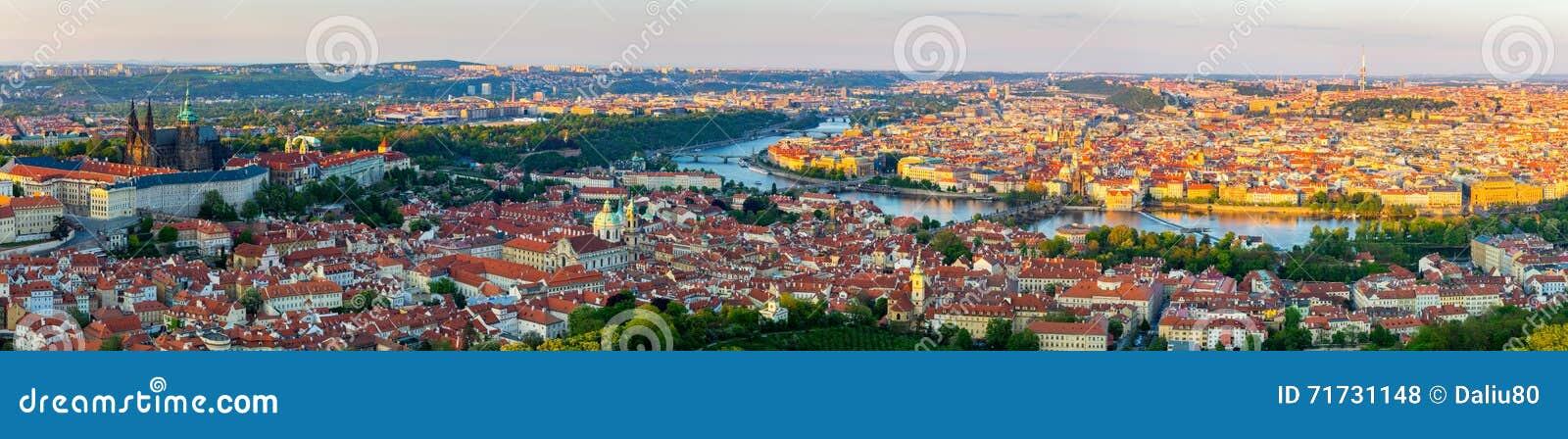 Panorama da cidade de Praga no por do sol, imagem de alta resolução, República Checa