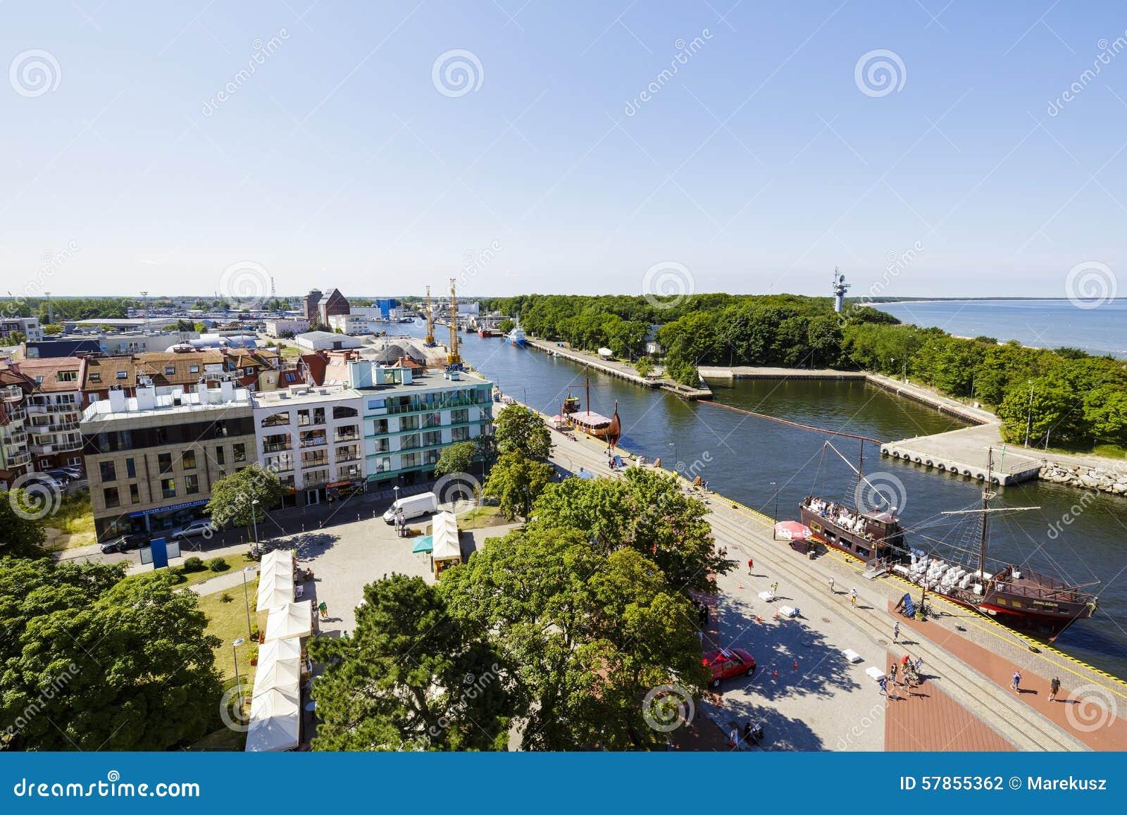 Panorama da cidade Kolobrzeg e do canal do porto