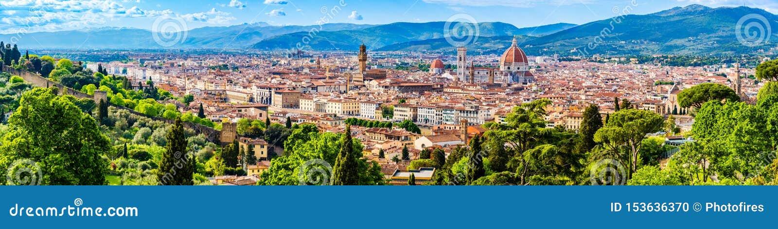 Panorama da cidade velha, catedral de Santa Maria del Fiore, a abóbada de Brunelleschi, torre de sino de Giotto, um patrimônio mu