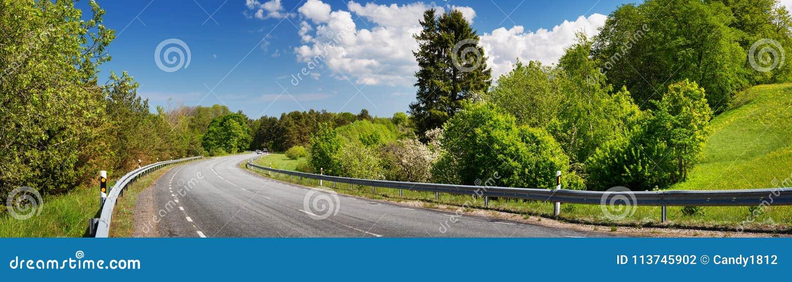 Panorama da estrada no dia de mola ensolarado