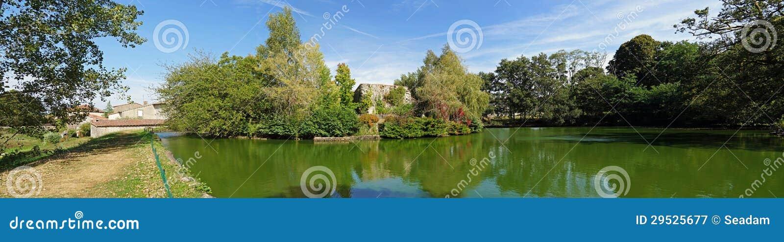 Panorama da lagoa do castelo de Mortemart