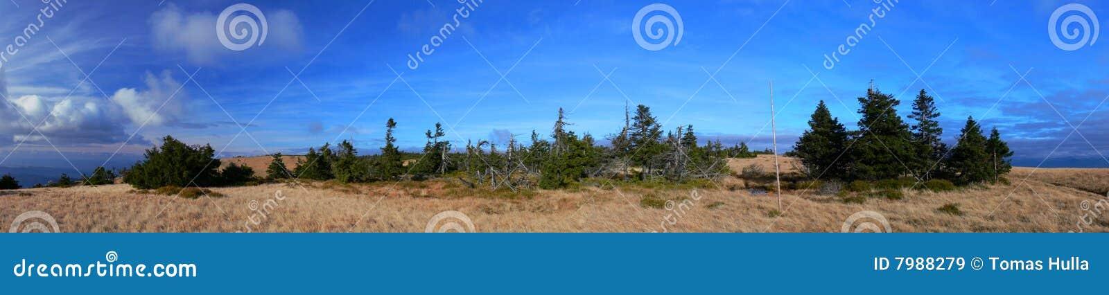 Panorama da montanha com céu azul