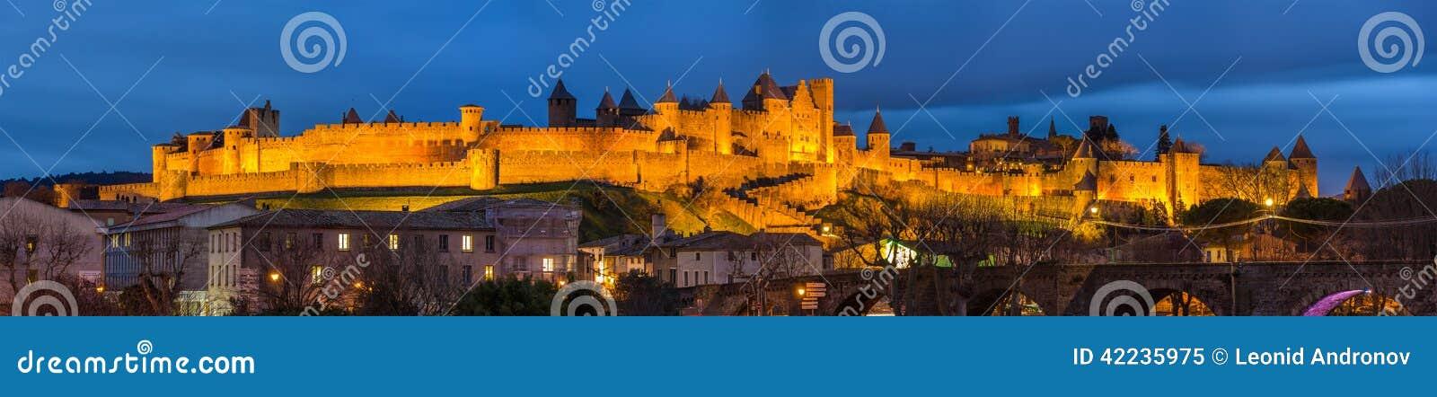 Panorama da noite da fortaleza de Carcassonne, França