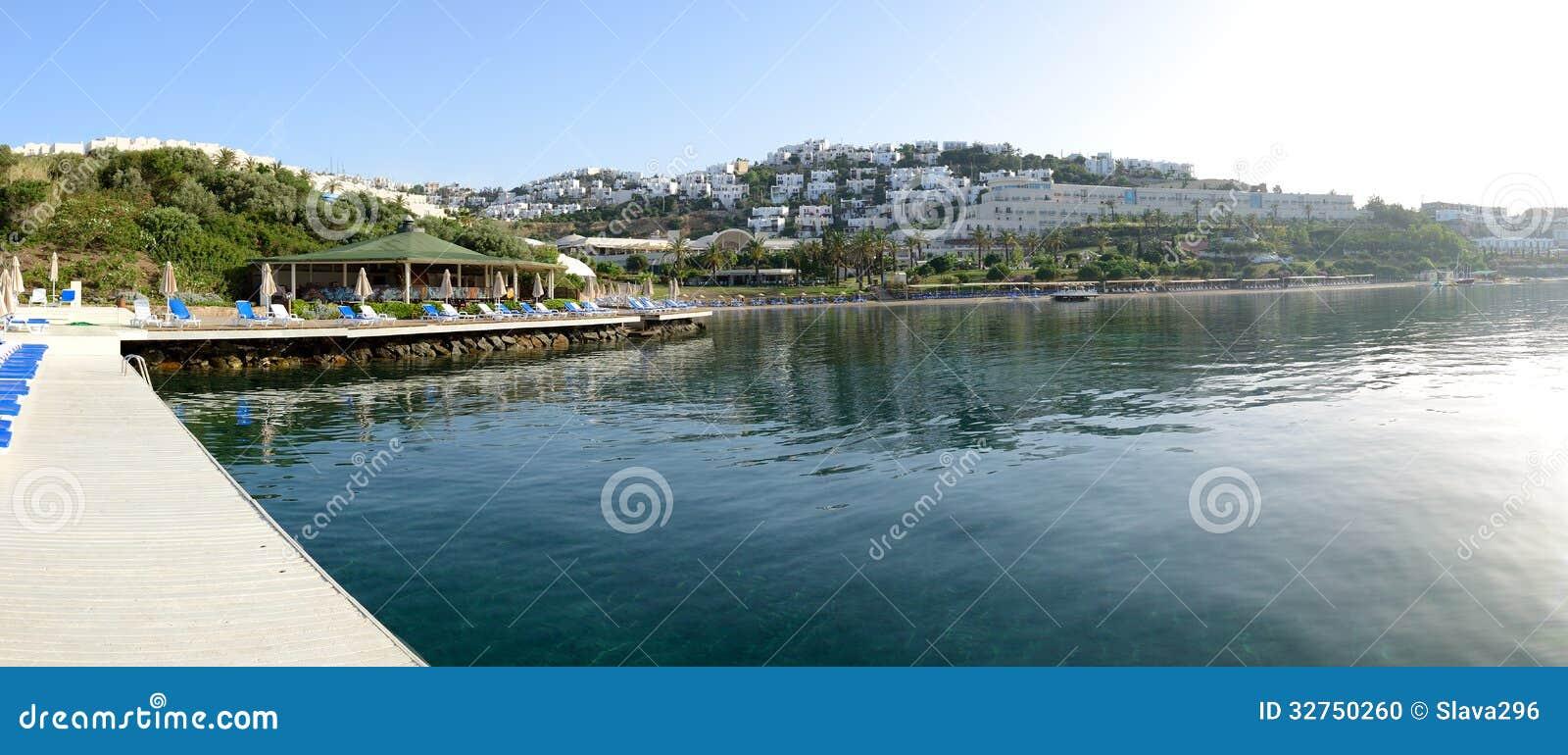Panorama da praia no recurso turco mediterrâneo