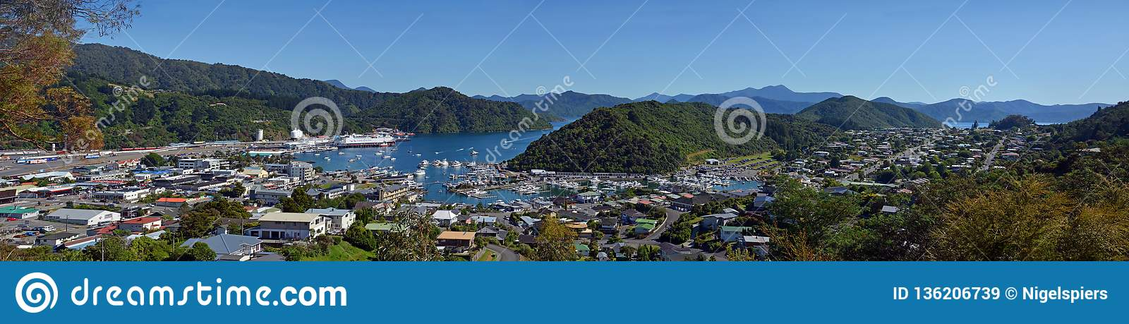 Panorama da rainha Charlotte Sound, do Picton & do Waikawa, Nova Zelândia