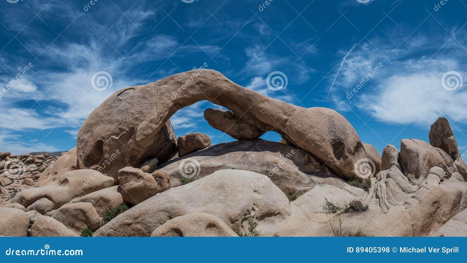 Panorama da rocha do arco em Joshua Tree National Park