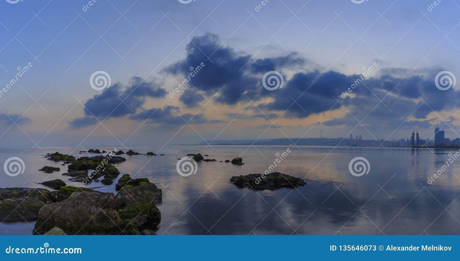 Panorama de Baku Seaside Boulevard au coucher du soleil