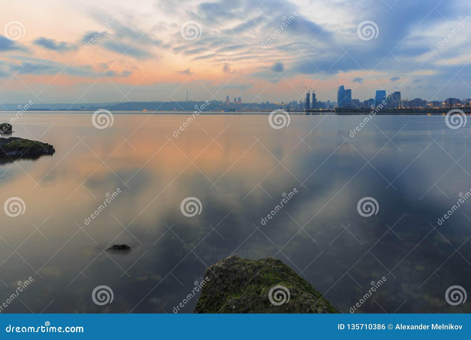 Panorama de Baku Seaside Boulevard no por do sol