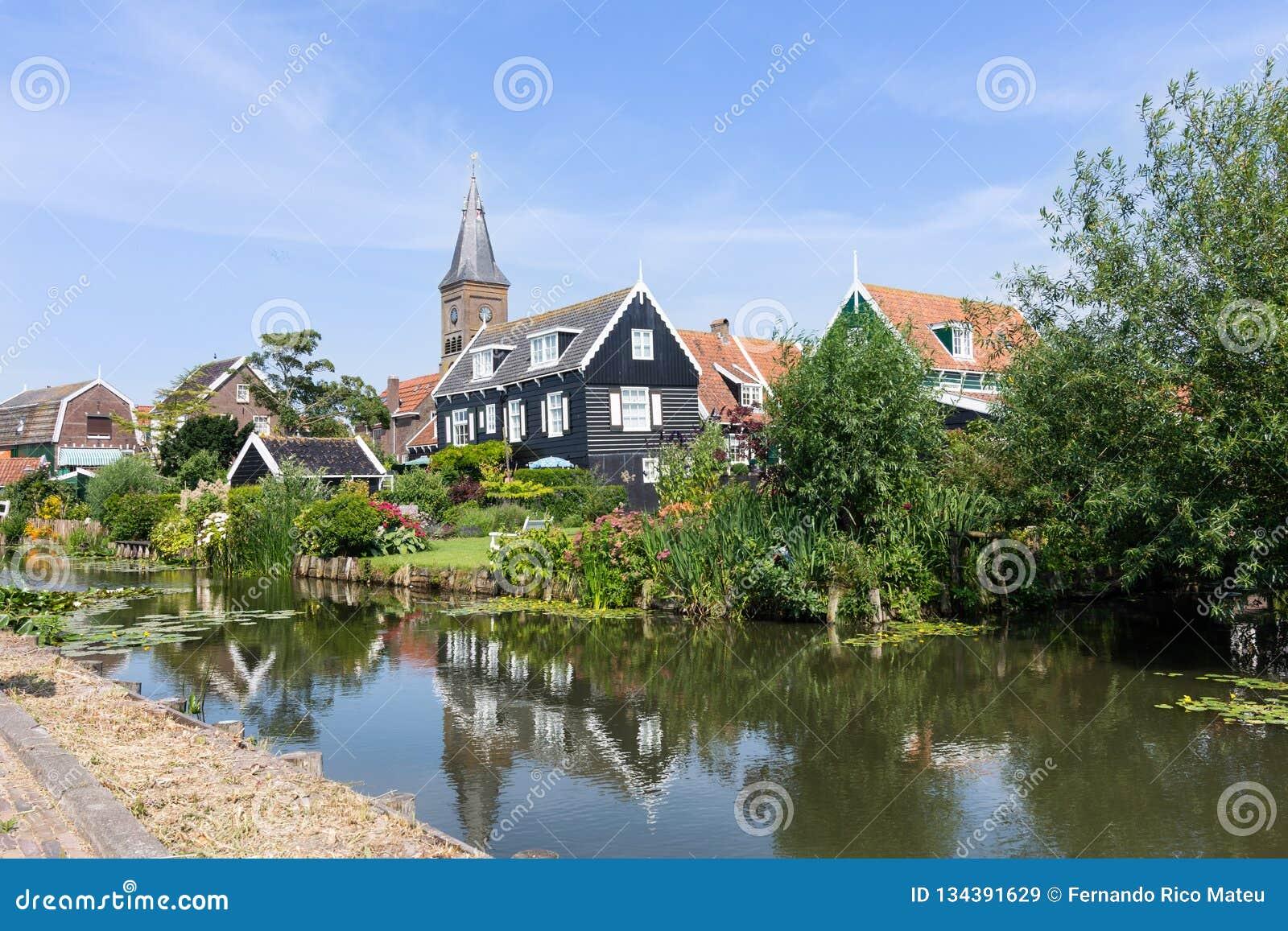 Panorama de casas y de un canal en el queso Edam hisotric de la ciudad, Países Bajos