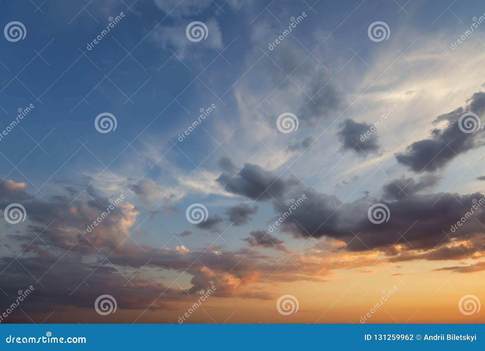 171562645d Panorama de ciel au lever de soleil ou au coucher du soleil La belle vue  des nuages bleu-foncé s'est allumée par le soleil lumineux de jaune orange sur  le ...