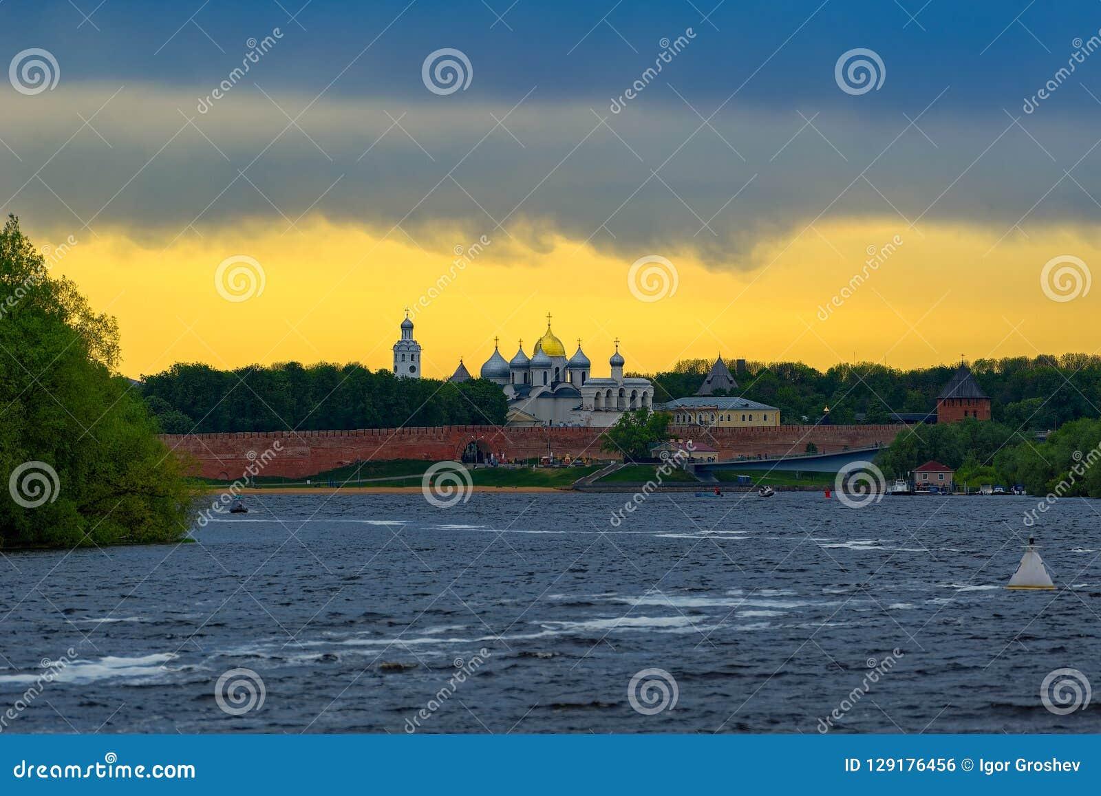 Panorama de coucher du soleil de rivière Volkhov et Kremlin, Veliky Novgorod, R