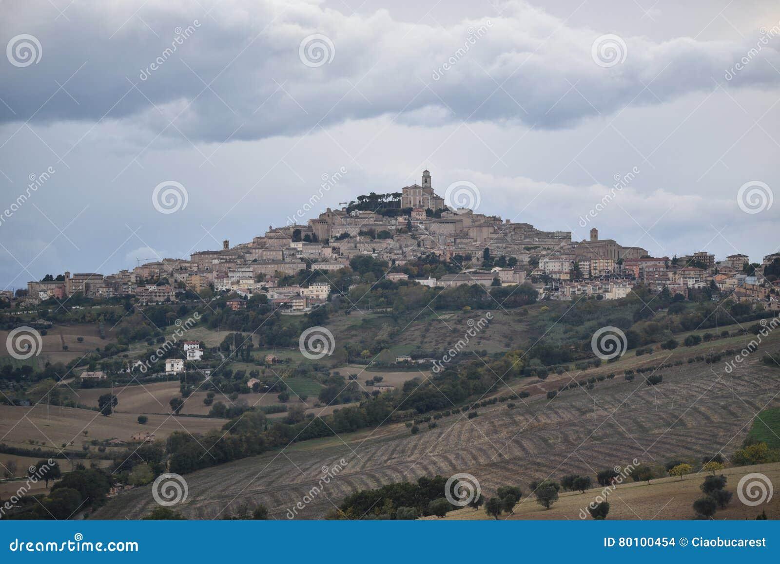 Panorama de Fermo, região de Marche, Itália