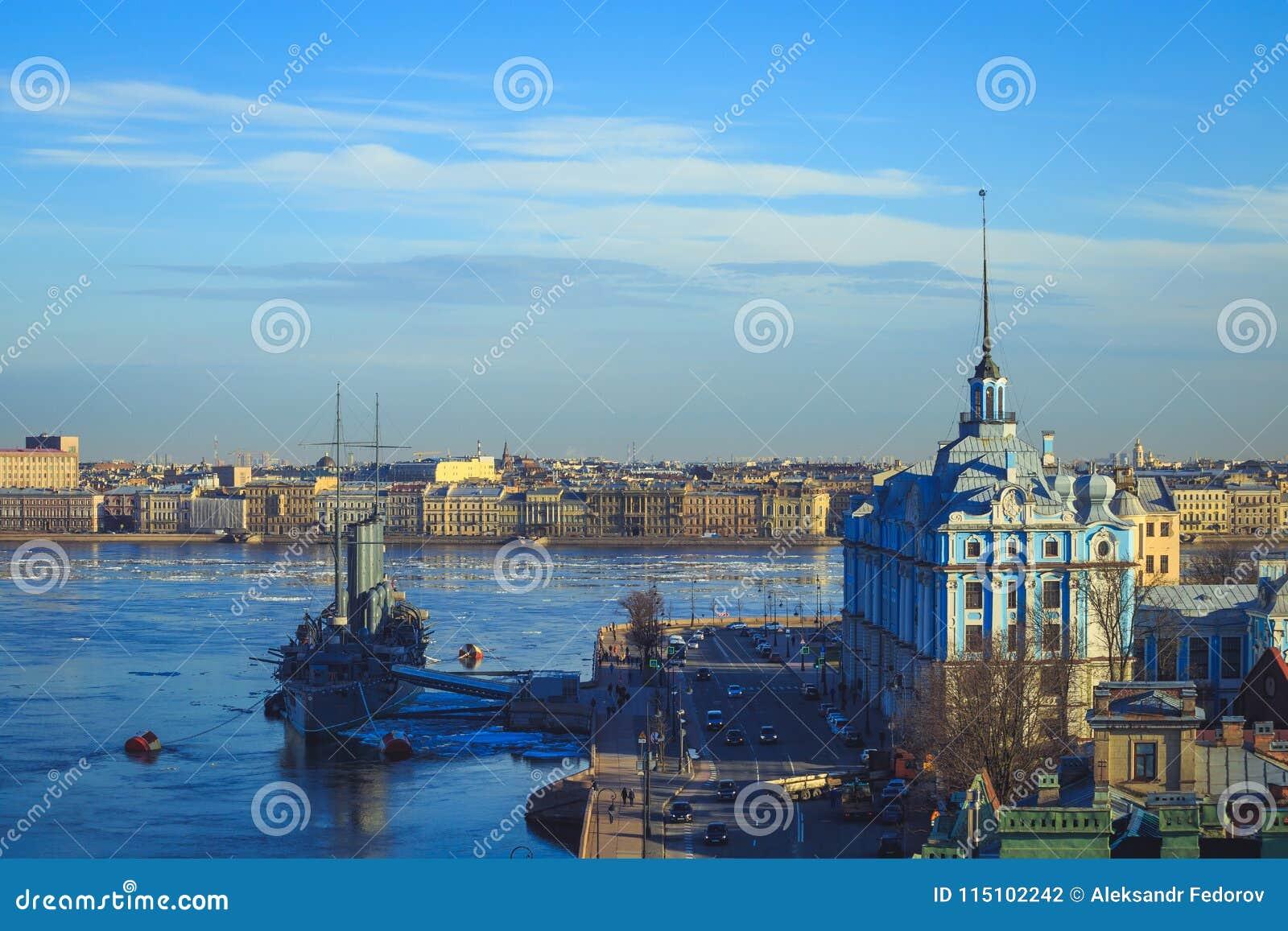 Panorama de la aurora del crucero en St Petersburg
