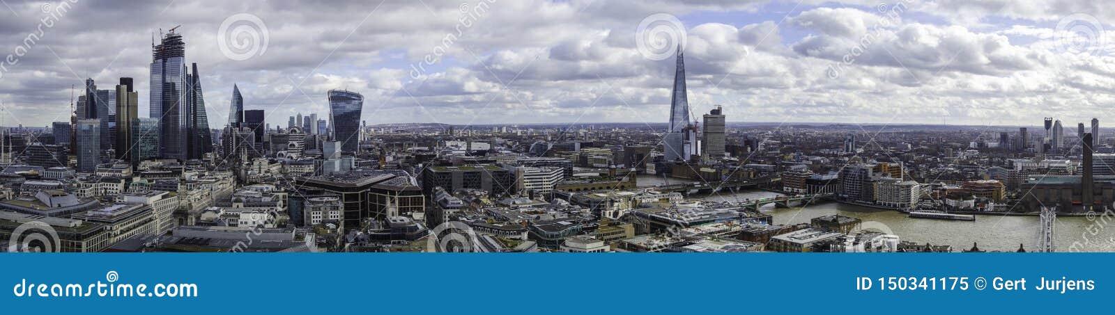 Panorama de la ciudad de Londres y del banco del sur del top de la catedral de los pauls del st