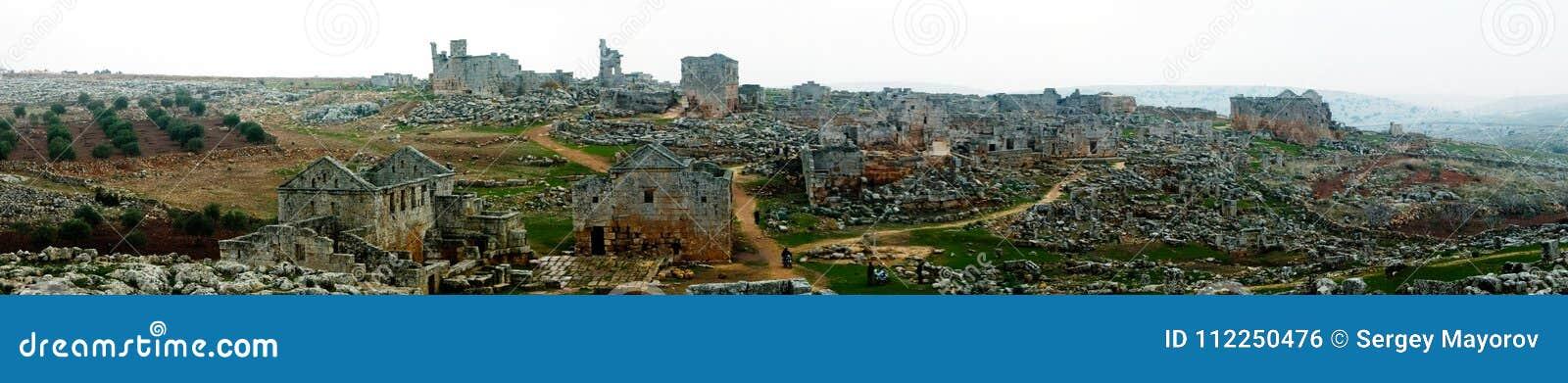 Panorama de la ciudad muerta abandonada arruinada Serjilla en Siria