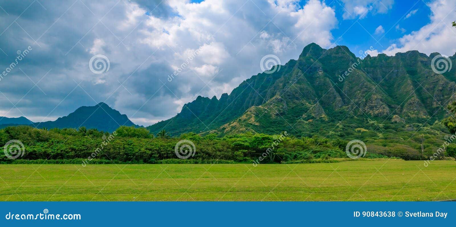 Panorama de la cordillera por el rancho famoso de Kualoa en Oahu, H
