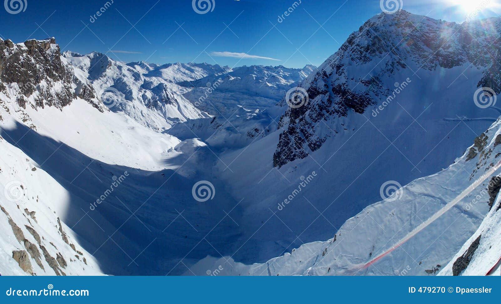 Panorama de la montaña del invierno