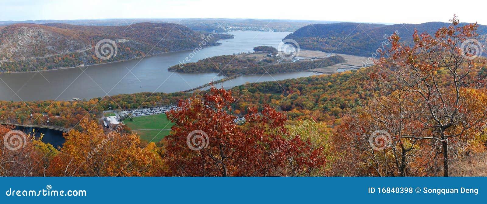 Panorama de la opinión aérea de la montaña del oso del otoño