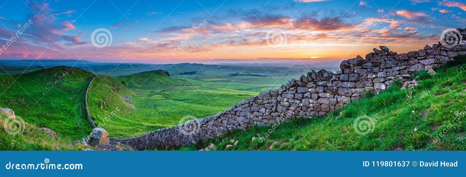 Panorama de la pared del ` s de Hadrian en la puesta del sol
