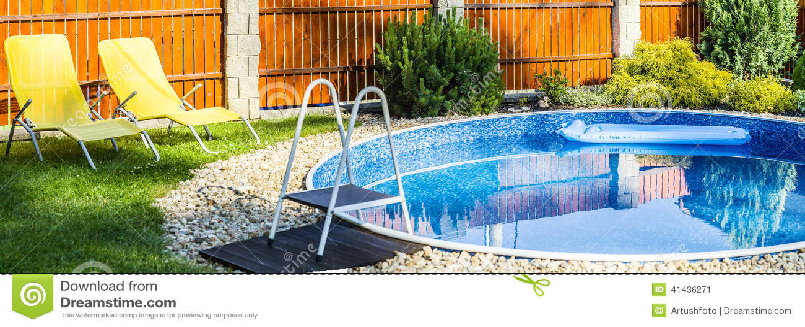 Panorama de la peque a piscina casera foto de archivo for Piscinas caseras