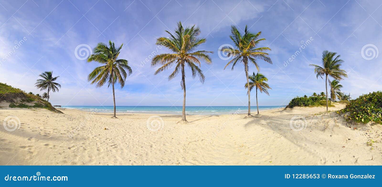 Panorama de la playa de Santa María, Cuba
