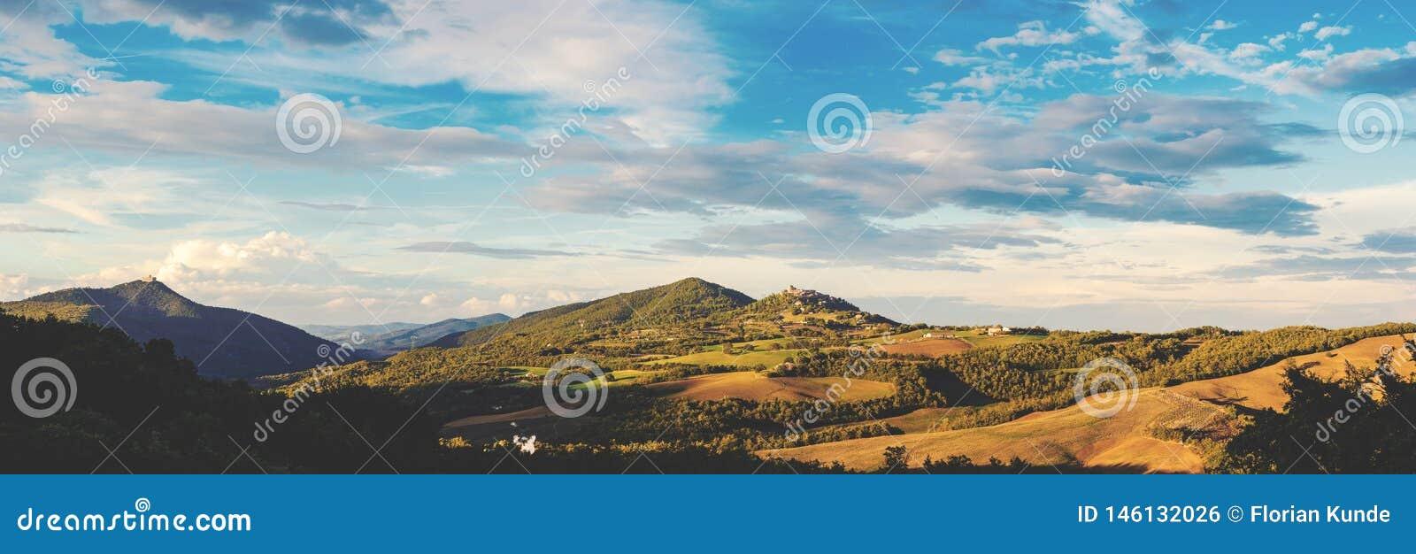 Panorama de la Toscane dans la lumière égalisante chaude
