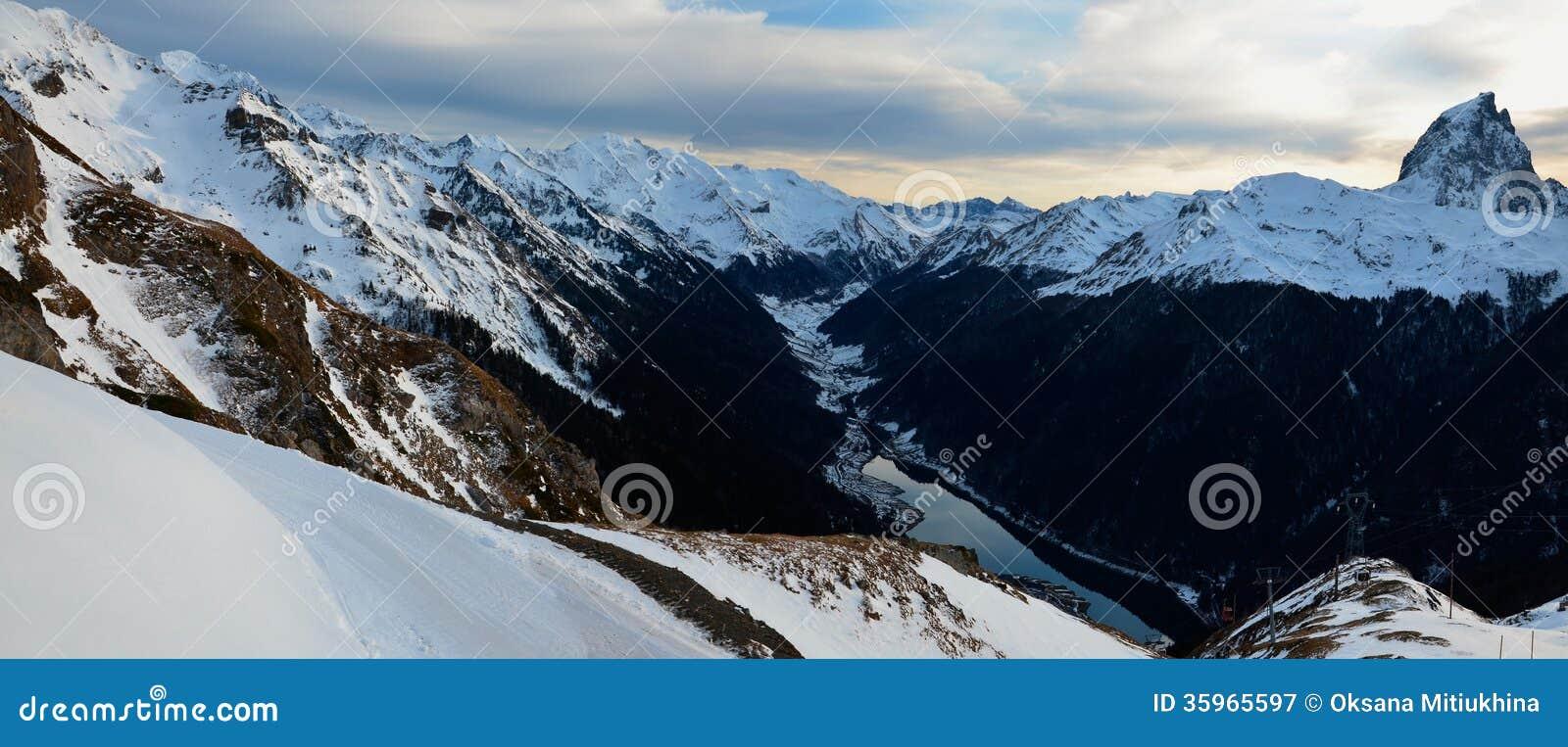 Panorama de las montañas de los Pirineos con el d Ossau del du Midi del pico