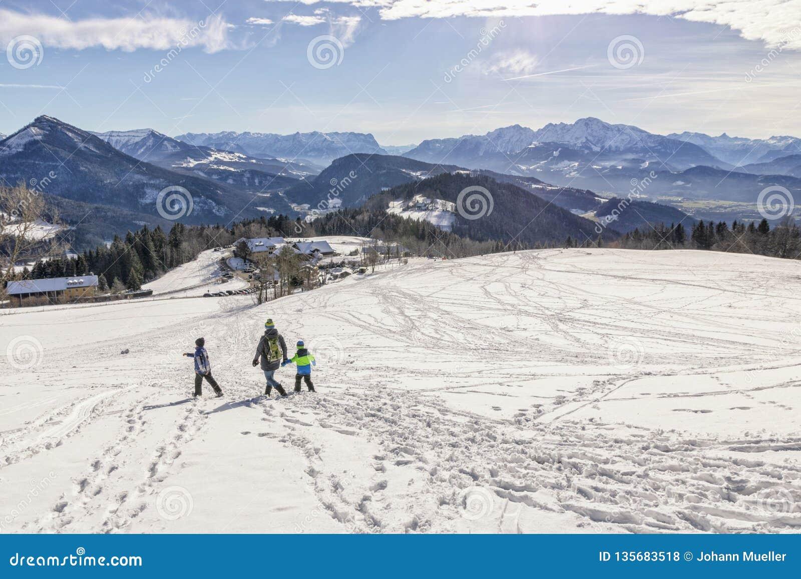 Panorama de las montañas según lo visto de la montaña Gaisberg en Salzburg