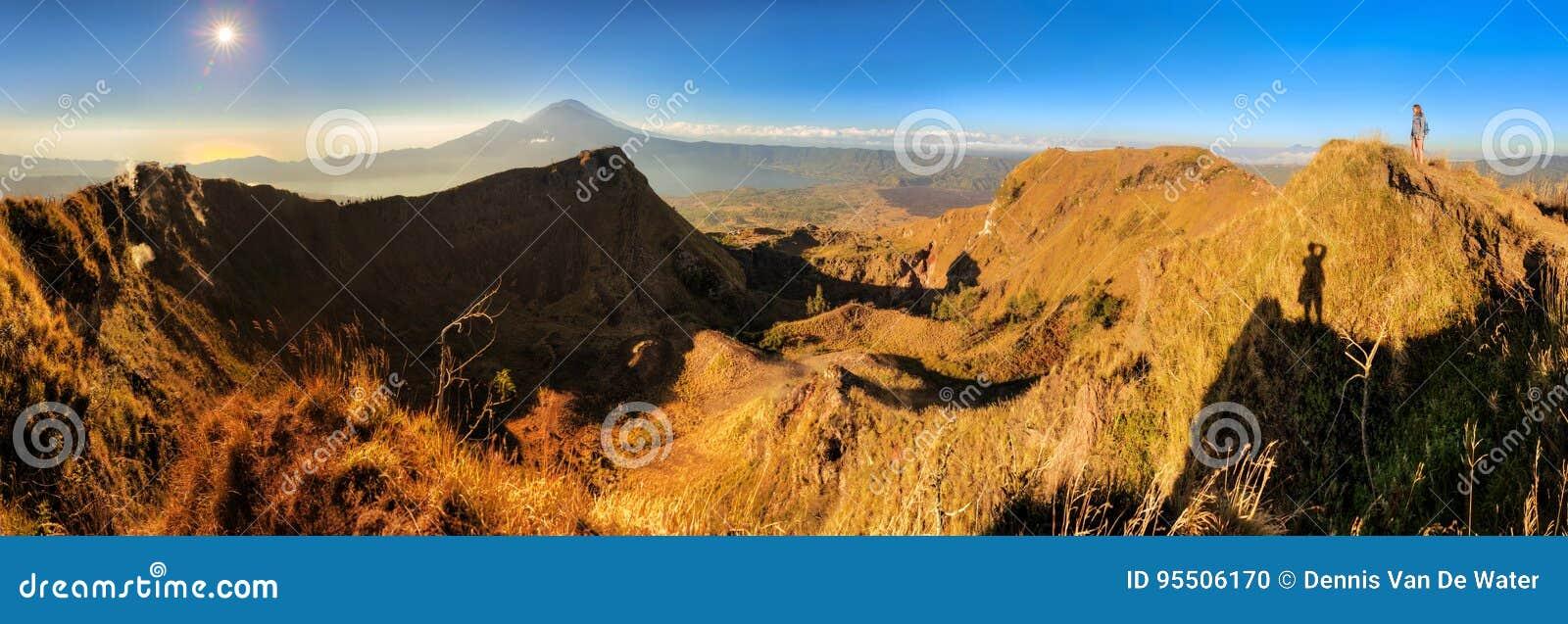 Panorama de lever de soleil de Batur de bâti