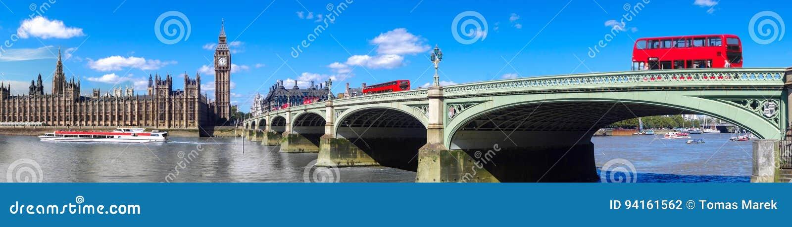Panorama de Londres avec les autobus rouges sur le pont contre Big Ben en Angleterre, R-U