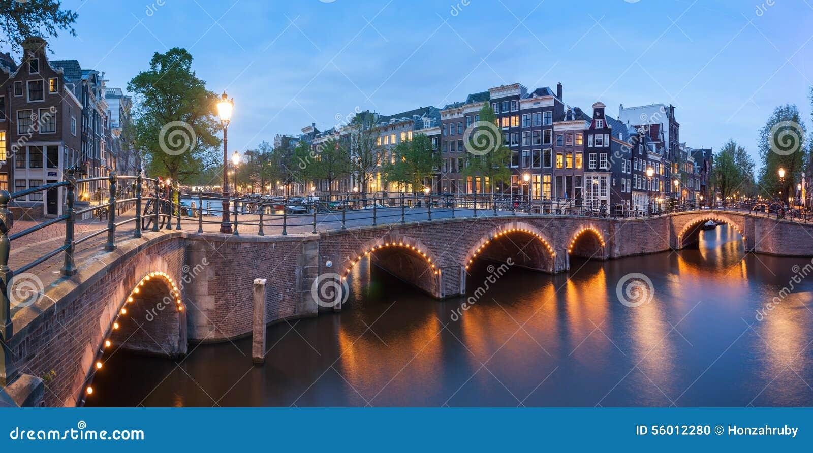 panorama de los canales hermosos de amsterdam con el puente holanda foto de archivo