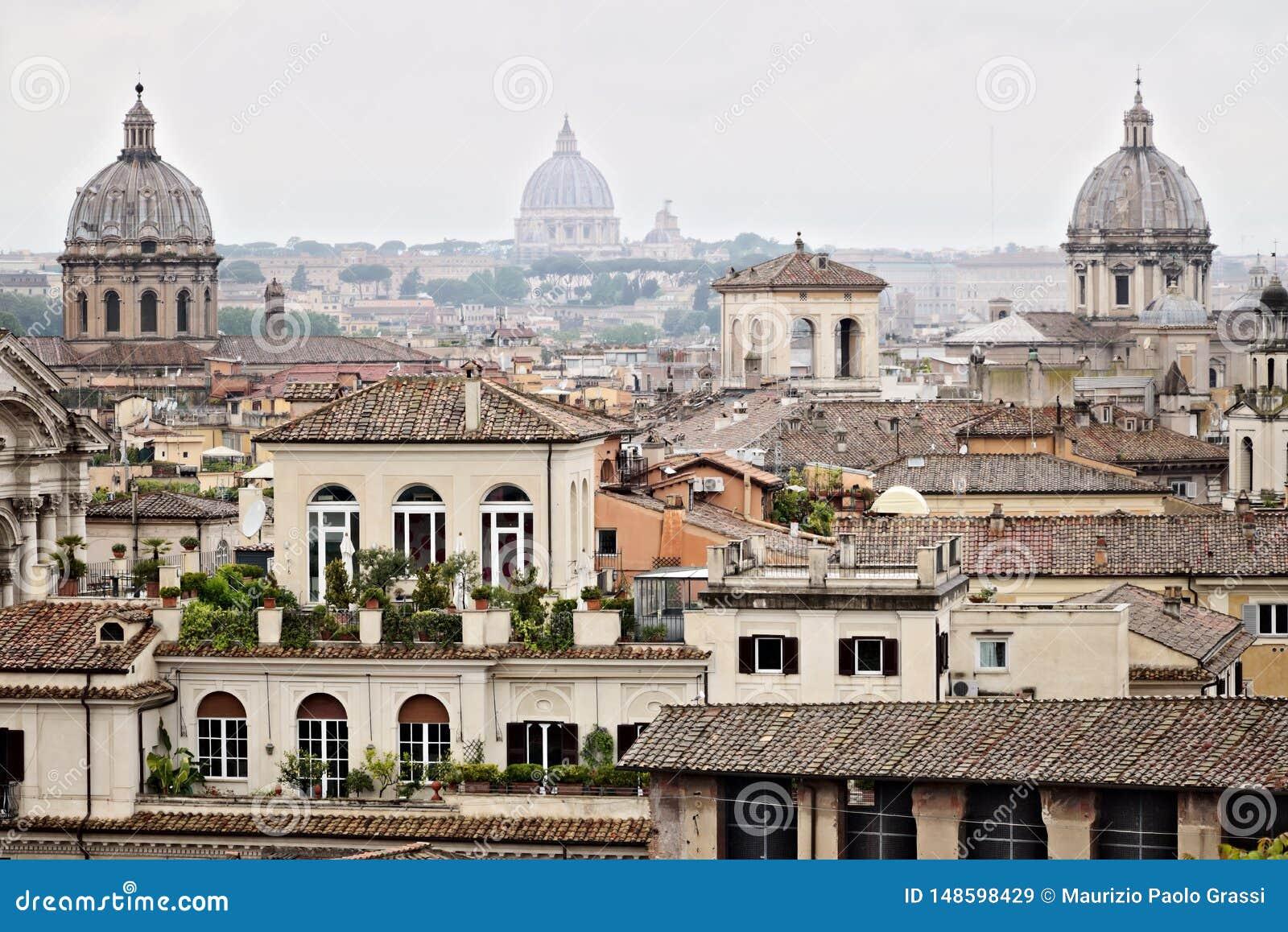 Panorama de los tejados de Roma con tres b?vedas de la iglesia fotograf?a