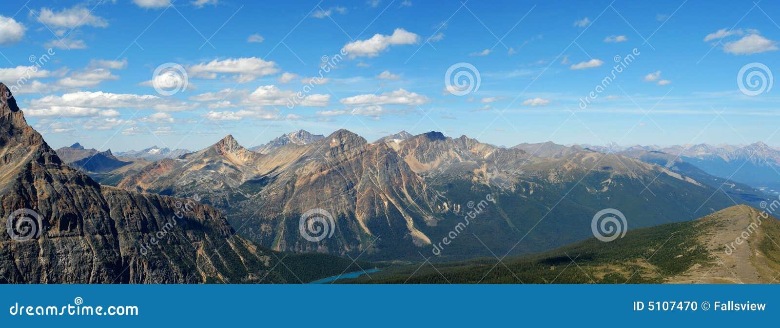 Panorama de montanhas rochosas