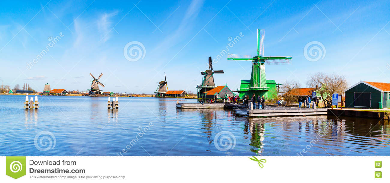 Panorama de moulins à vent dans Zaanse Schans, village traditionnel, Pays-Bas, la Hollande-Septentrionale