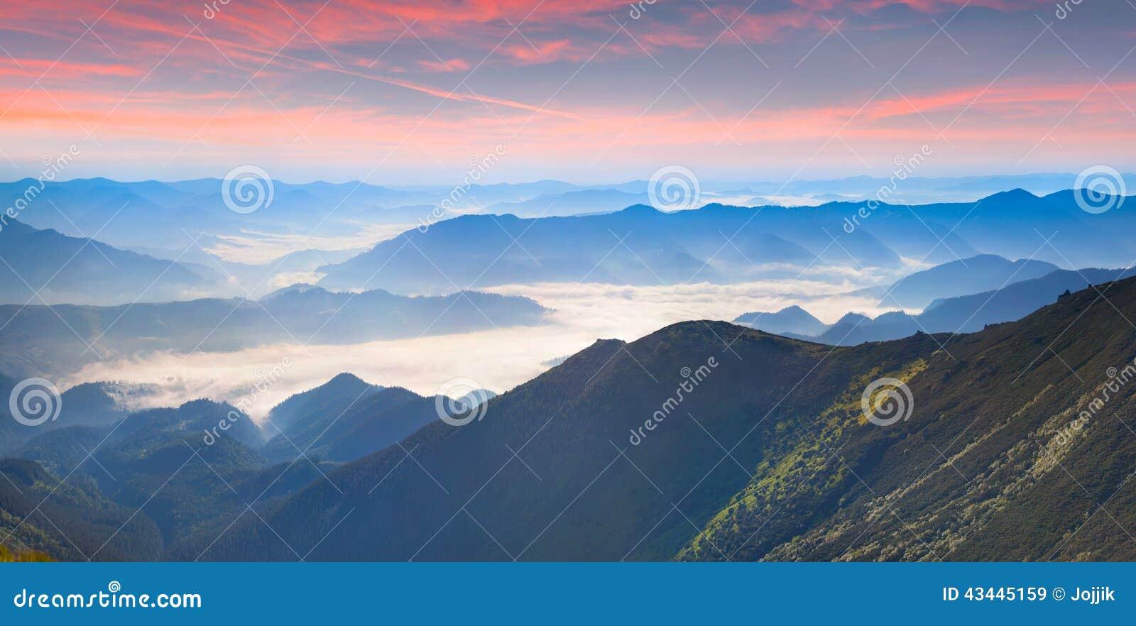 Panorama de niebla del verano de las montañas