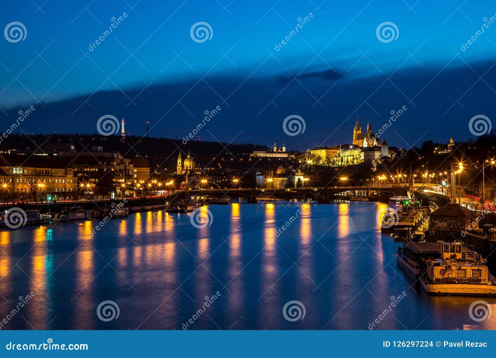 Panorama de nuit de Prague avec le château de Prague allumé