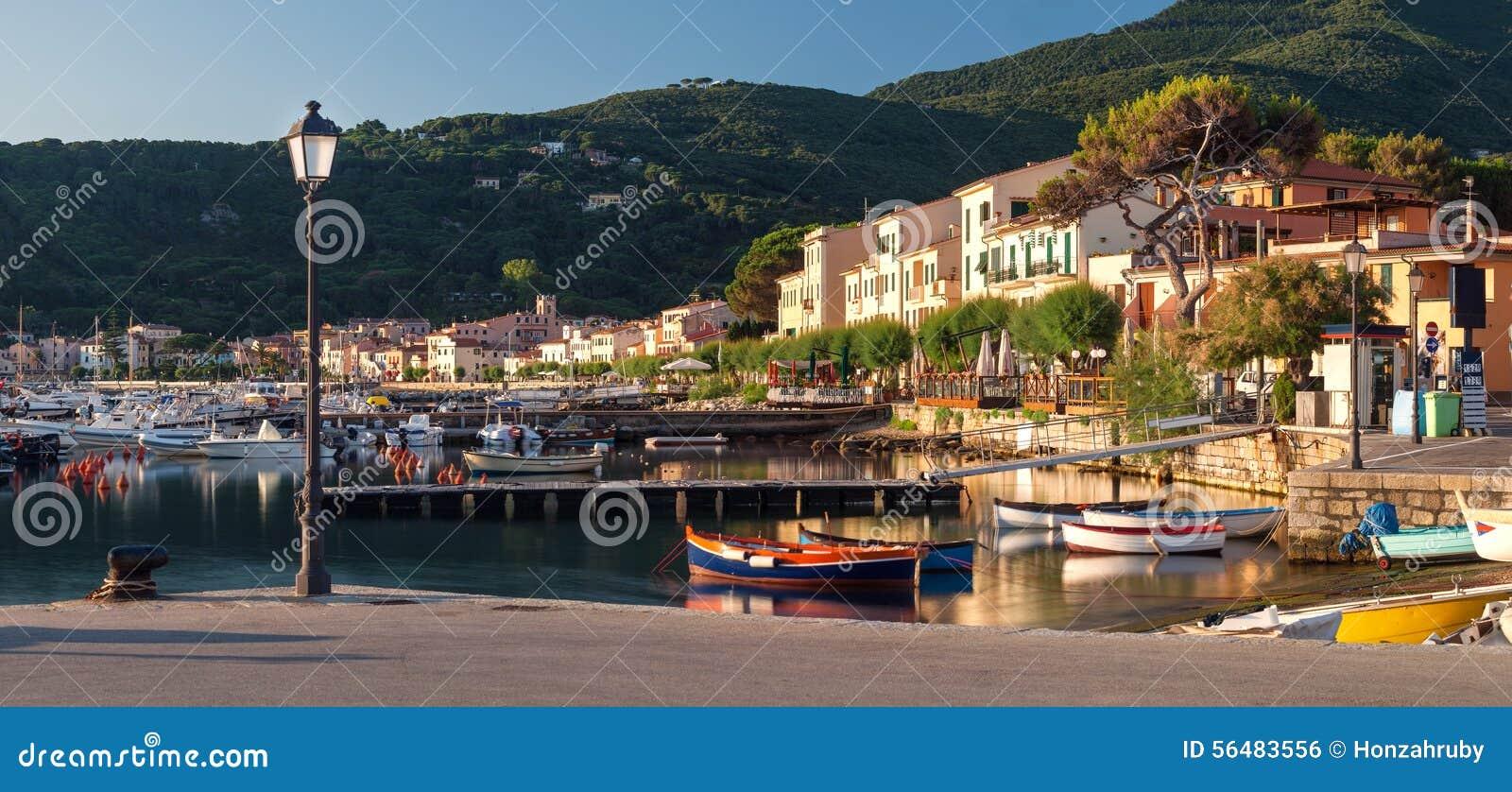 Panorama de port de Marciana Marina avec la montagne de Monte Cappane