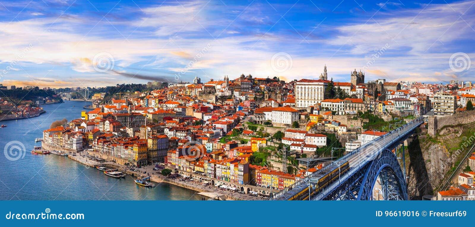 Panorama de Porto bonito sobre o por do sol - vista com bridg famoso