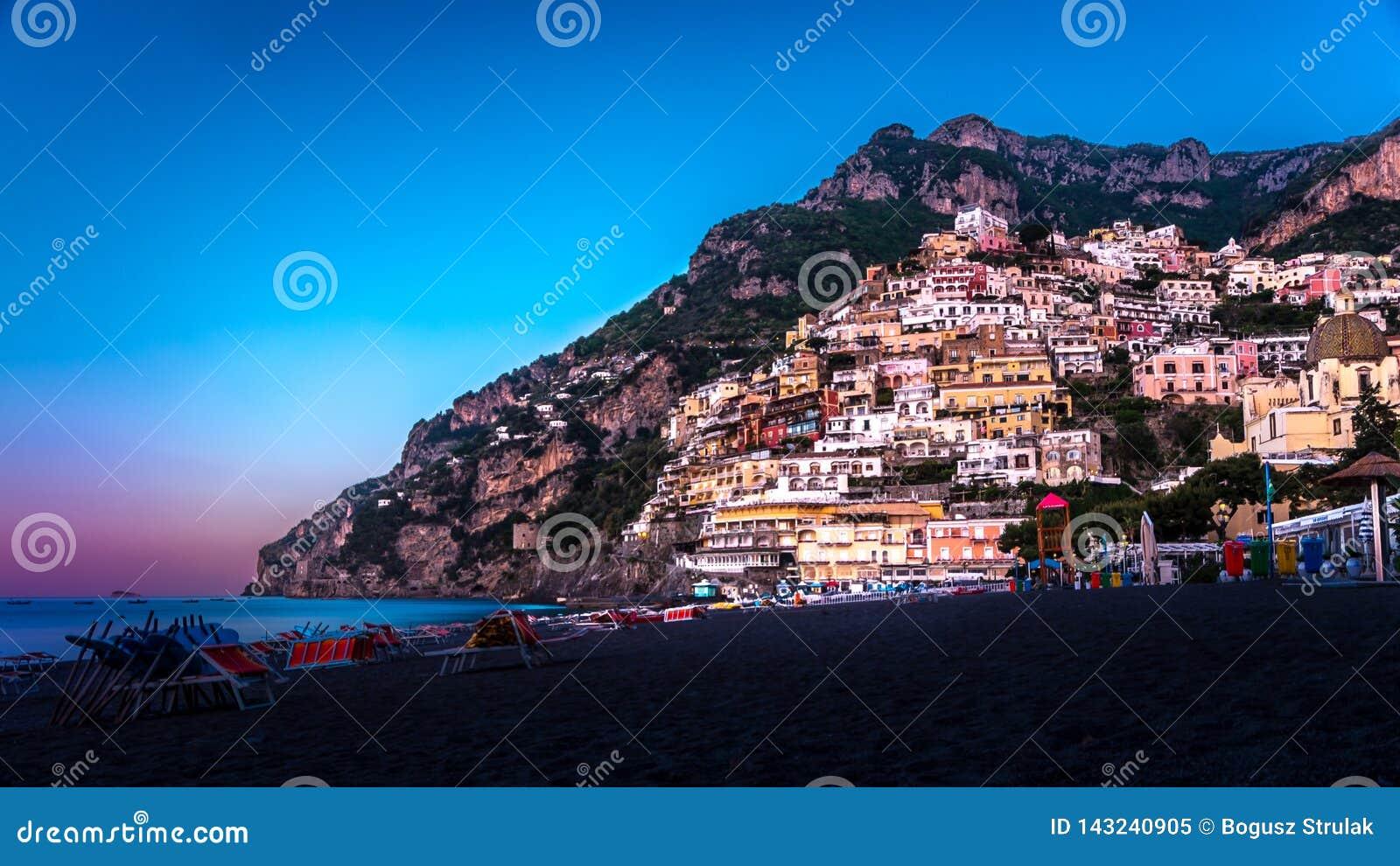 Panorama de Positano, costa de Amalfi em Itália na elevação do sol Positano Italy