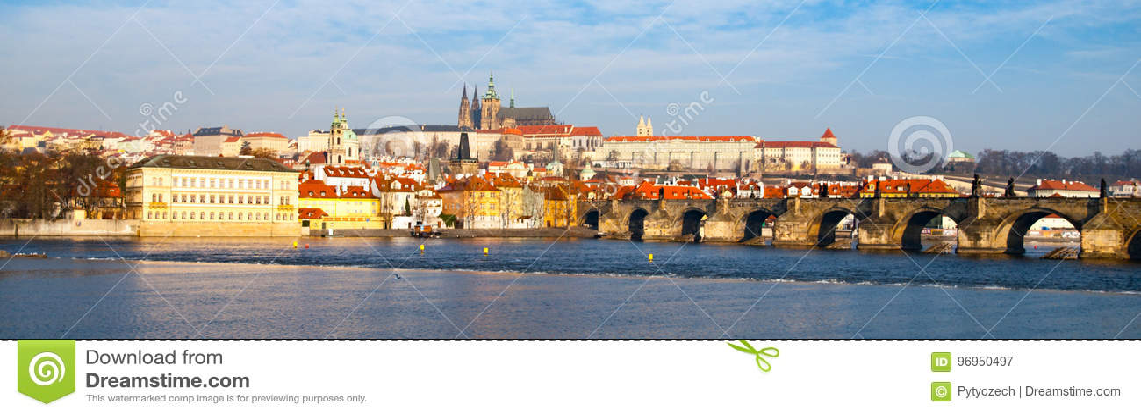 Panorama de Praga Hradcany el día soleado Charles Bridge sobre el río de Moldava con el castillo de Praga, República Checa