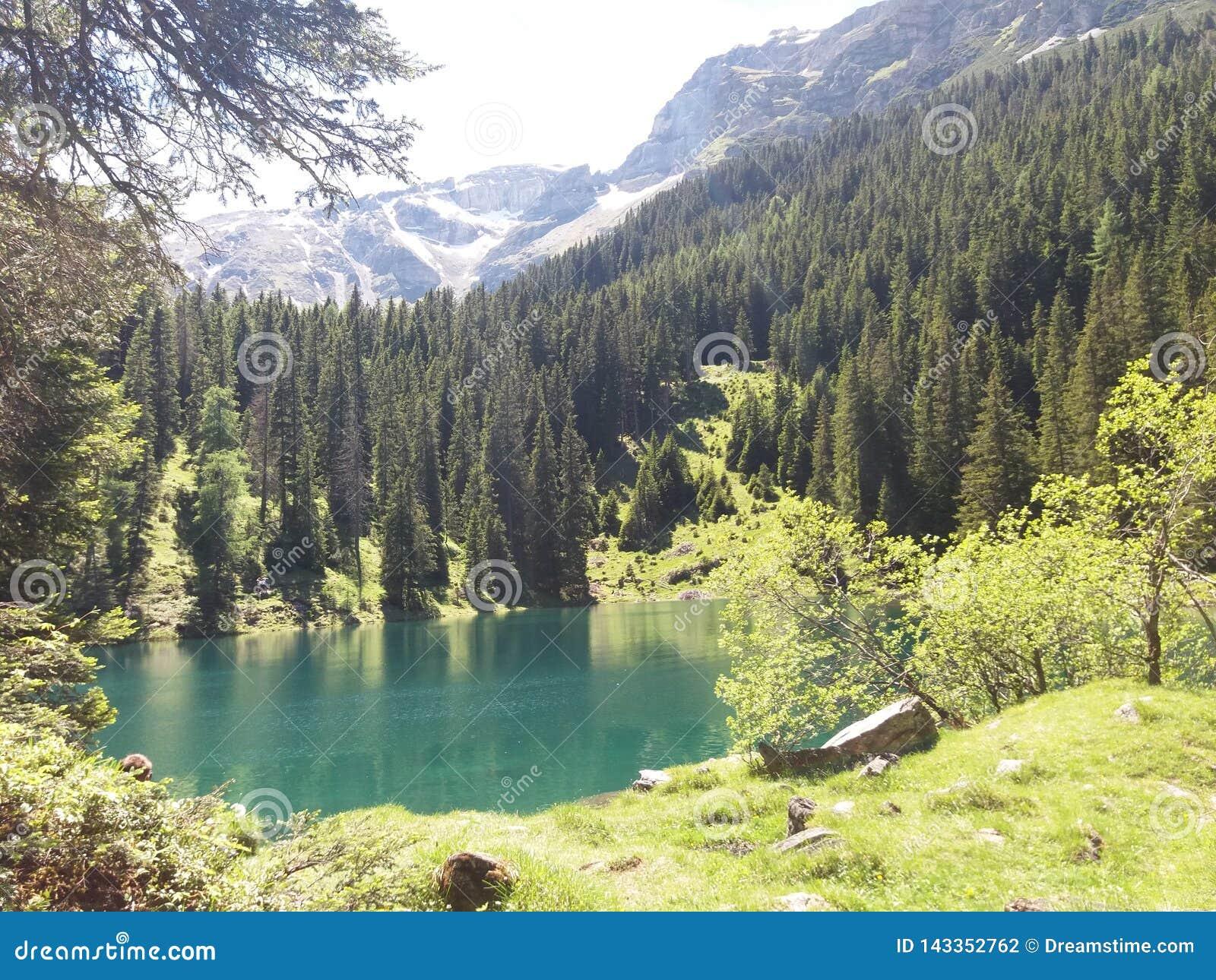 Panorama de relaxamento das montanhas do lago