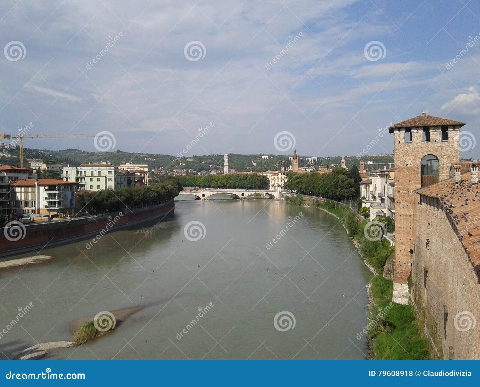 Panorama de River Adige em Verona