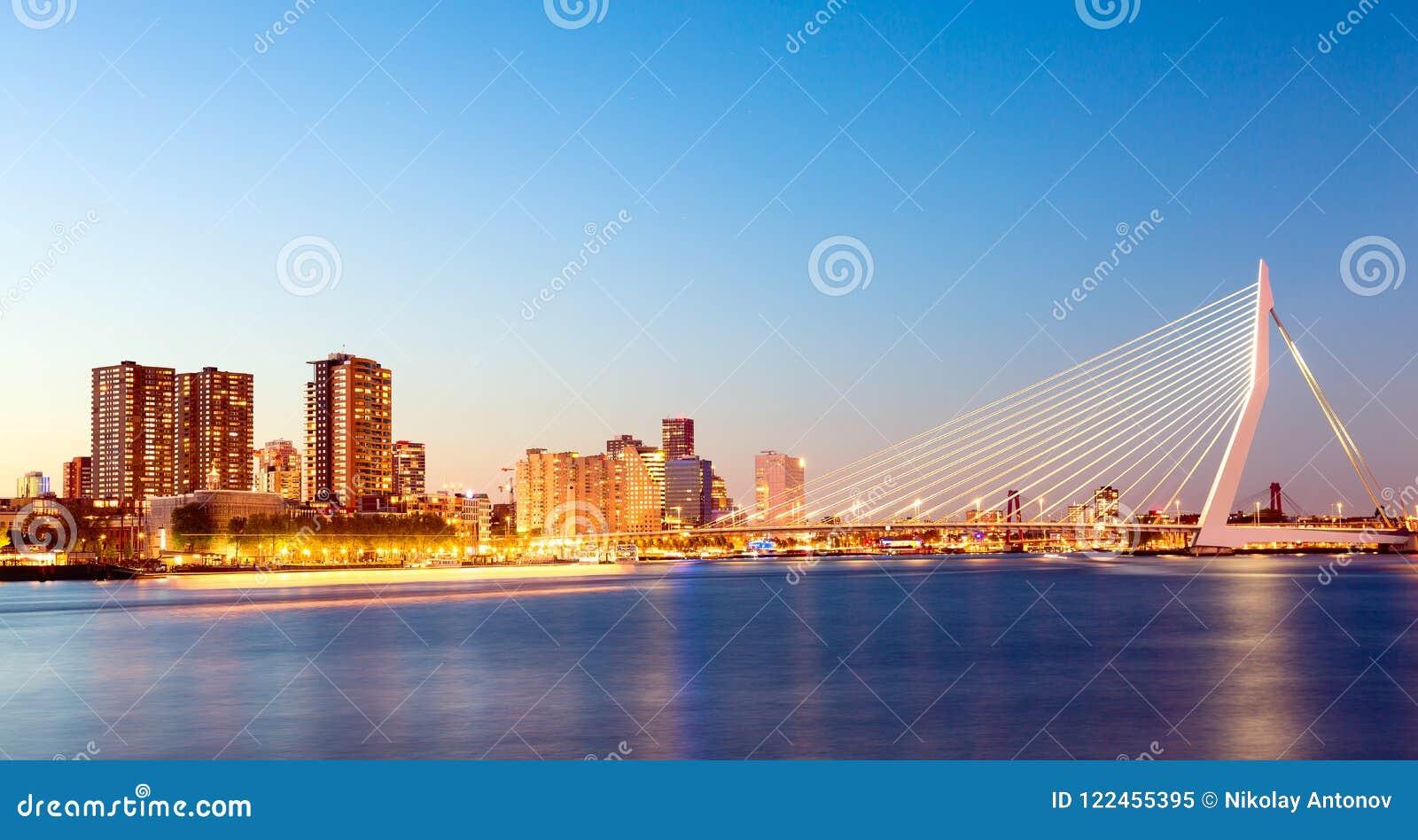 Panorama de Rotterdam Pont d Erasmus au-dessus de la rivière la Meuse avec des gratte-ciel à Rotterdam, la Hollande-Méridionale,